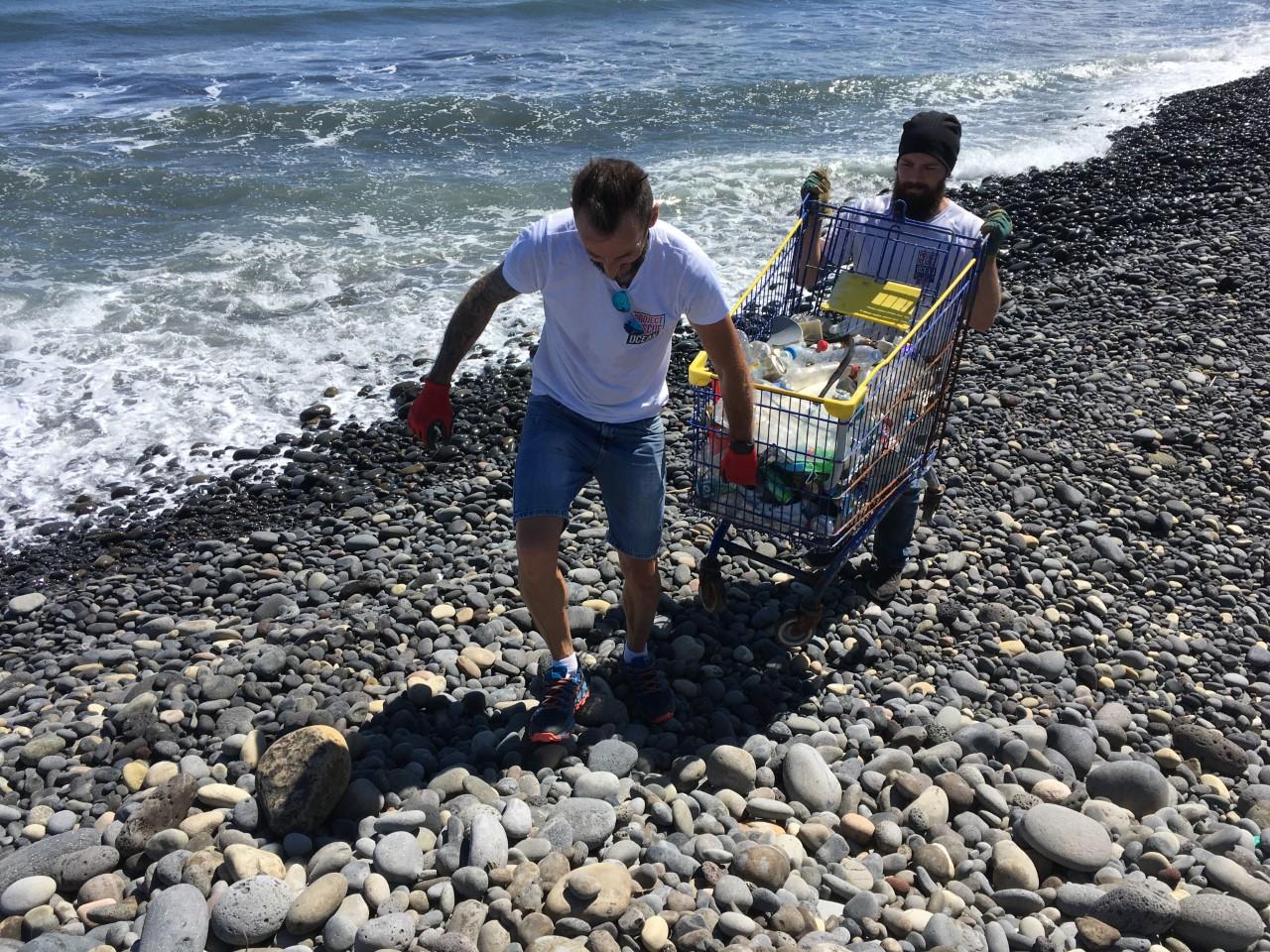 Le chariot trouvé sous les galets est rentabilisé ! (© Myriam Dandine)